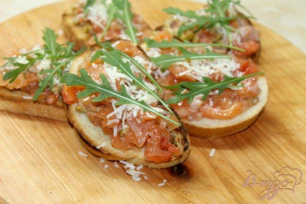 фото рецепта: Завтрак из гренок с слабосоленым лососем и рукколой