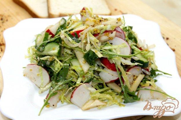 фото рецепта: Салат с яблоком, молодой капустой и рукколой