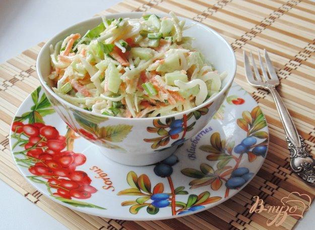 фото рецепта: Салат с капустой, яблоком и черемшой