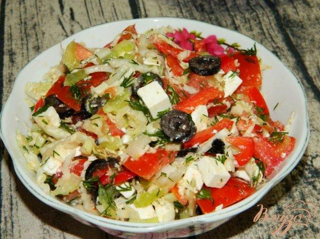 фото рецепта: Салат маслинами, помидорами и брынзой