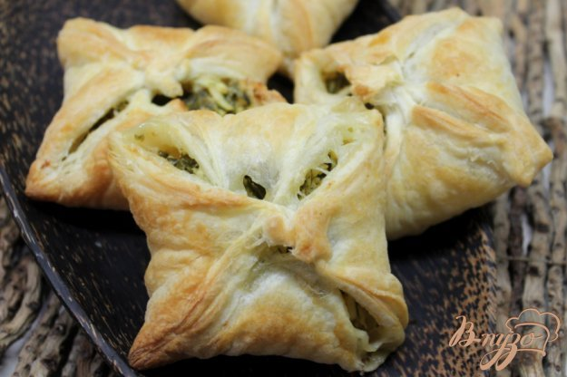 фото рецепта: Слойки с яйцом сыром и зеленью