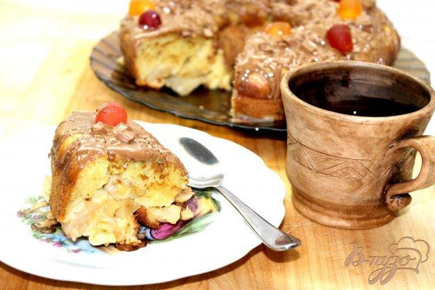 фото рецепта: Шарлотка с яблоками и бананами в шоколадной глазури