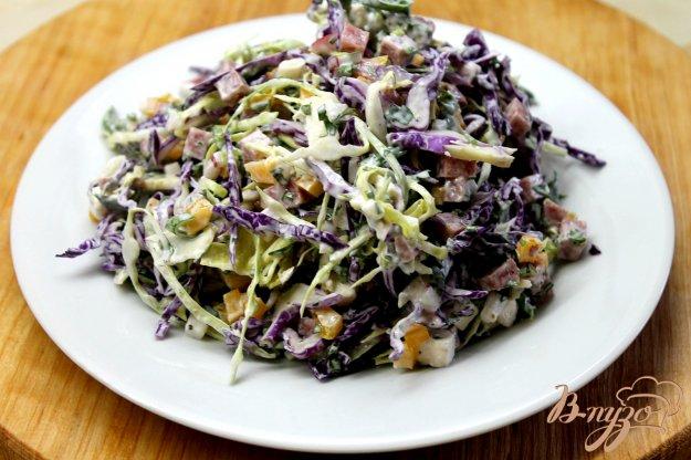 фото рецепта: Салат с капустой, колбасой, зеленью и овощами