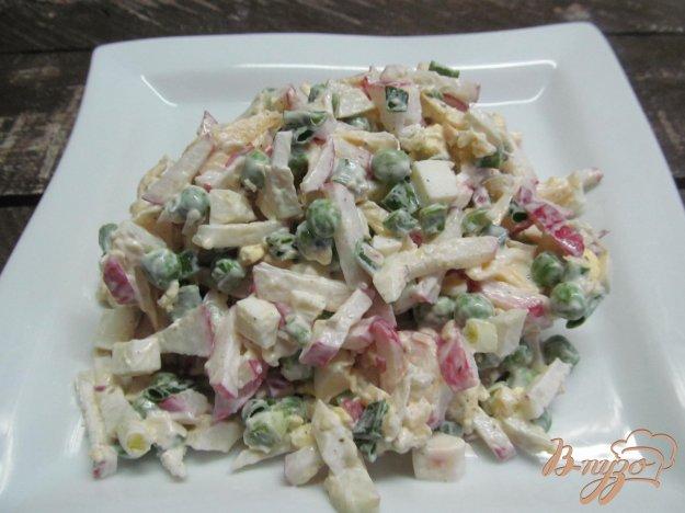 фото рецепта: Салат с редисом и замороженным горошком