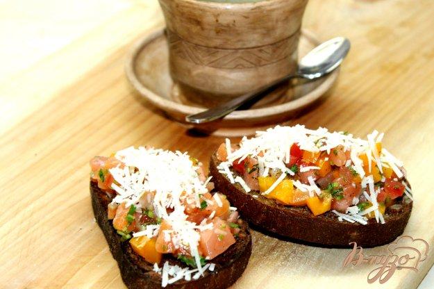 фото рецепта: Ржаная гренка с семечками и начинкой из слабосоленого лосося и овощей