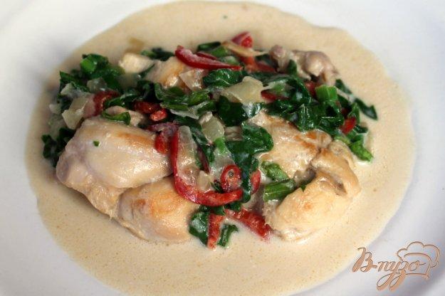фото рецепта: Кролик в сметане со шпинатом и болгарским перцем