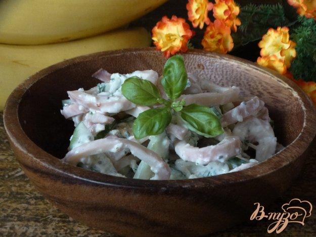 фото рецепта: Салат с кальмарами и зеленым омлетом