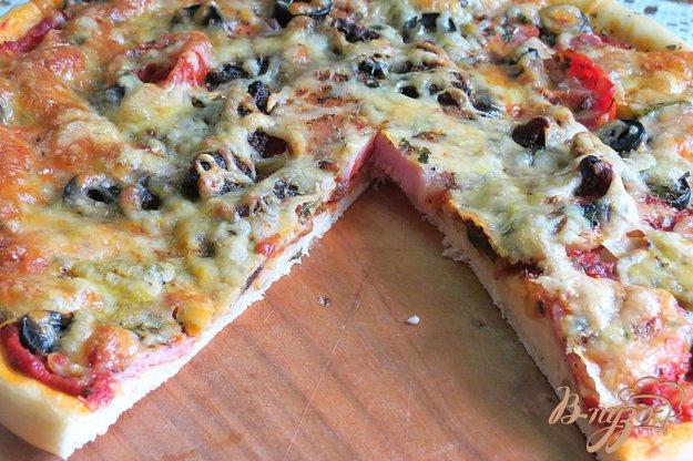 фото рецепта: Пицца мясная с  грибами, огурцами и вялеными помидорами