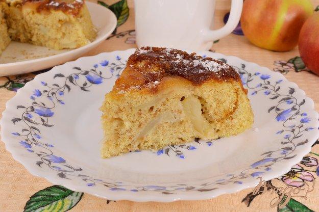 фото рецепта: Шарлотка с яблоками и карамелью в микроволновке