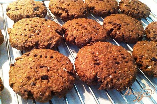 фото рецепта: Шоколадное овсяное печенье с кусочками шоколада