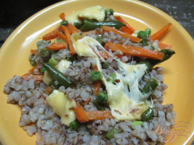 фото рецепта: Гречневая каша с овощами и сыром