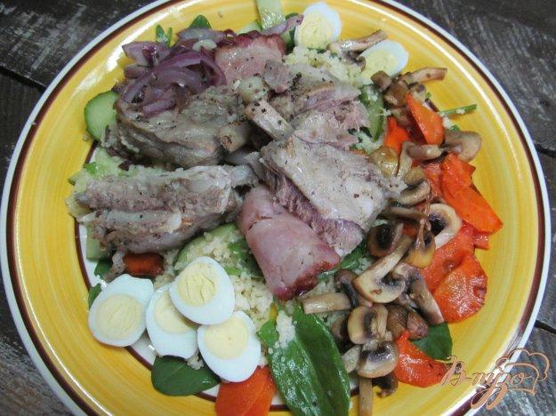 фото рецепта: Кус-кус с овощами и запеченными ребрами под беконом