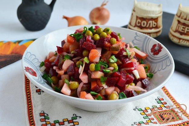 Салат с горошком и солёными огурцами и капустой