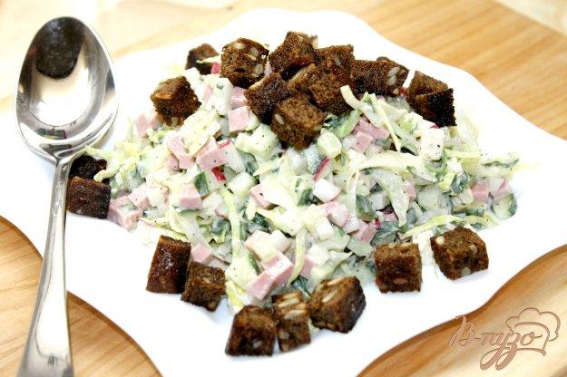 фото рецепта: Сытный капустный салат с вареной колбасой и сухариками