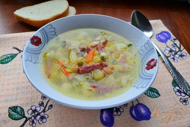 фото рецепта: Куриный суп с колбасой, макаронами и консервированным горошком