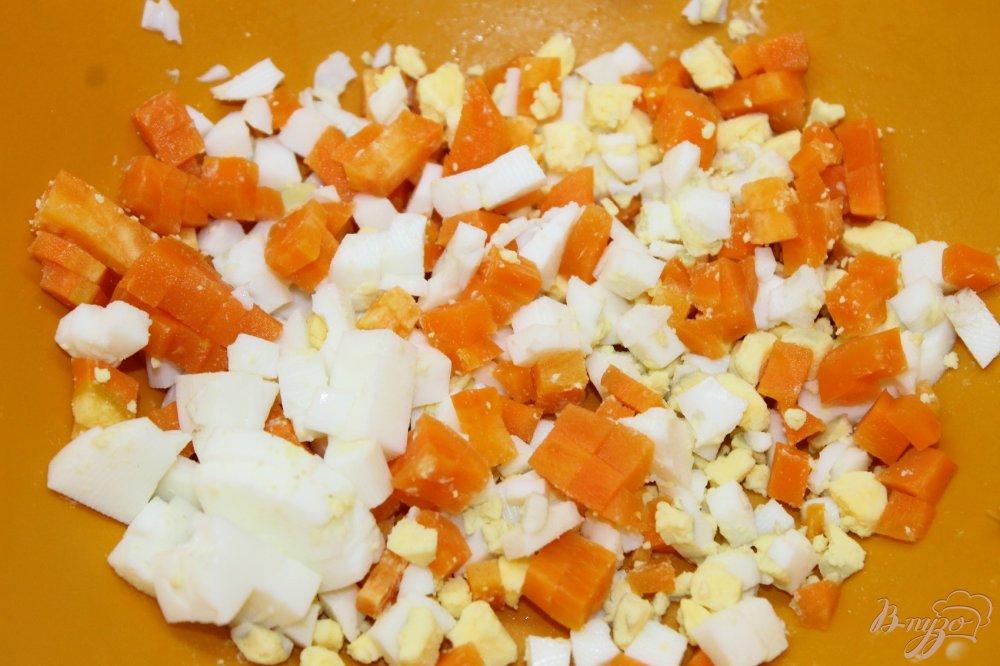 Салат из консервированных морепродуктов морской коктейльы