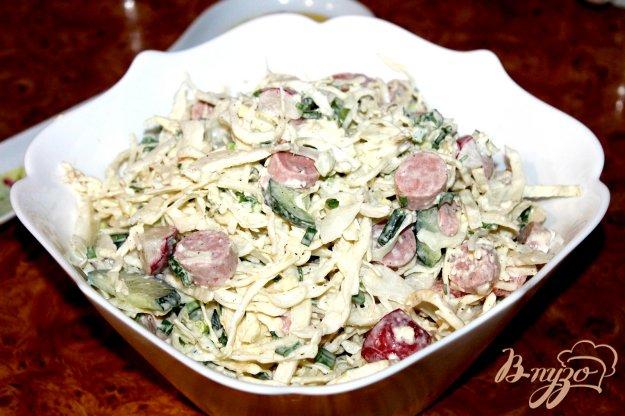 фото рецепта: Капустный салат с сосисками, овощами и сыром
