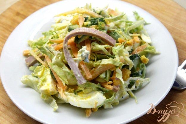 Салат с яйцами колбасой и огурцом