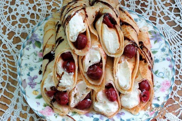 фото рецепта: Блинчики с вишнями и творогом