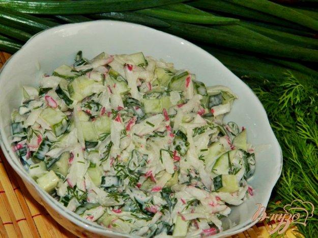 фото рецепта: Салат из редиса с огурцом и зеленью
