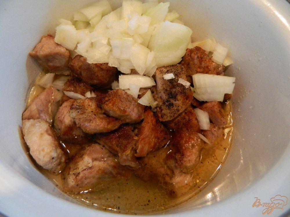 Фото приготовление рецепта: Гуляш с томатной подливой шаг №4
