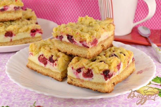 фото рецепта: Песочный пирог с меренгой и ягодами