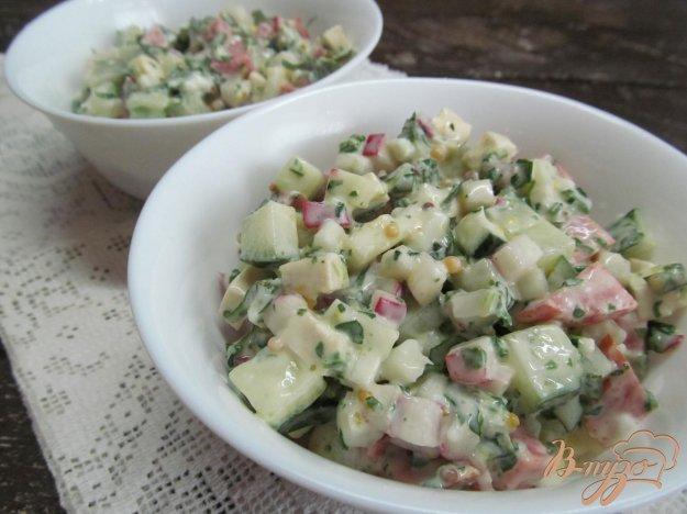 фото рецепта: Салат с салями огурцом и сыром тофу