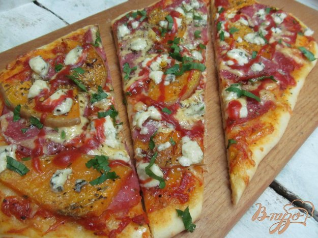 фото рецепта: Пицца с тыквой и сыром с плесенью