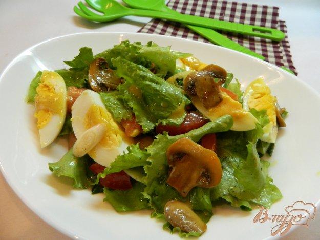 фото рецепта: Салат из салатных листьев с грибами и яйцом