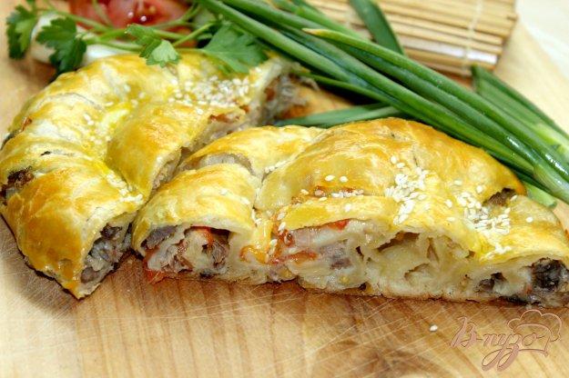 фото рецепта: Рулет из слоеного теста с курицей, сыром и помидором