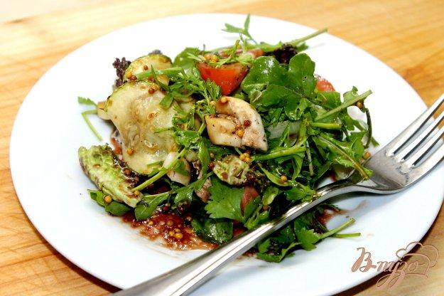 фото рецепта: Салат из свежих листьев салата с грибами и кабачками