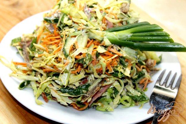 фото рецепта: Салат с корейской морковью, колбасой и капустой