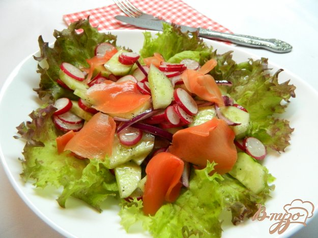 фото рецепта: Салат с огурцом, редисом и маринованным имбирем