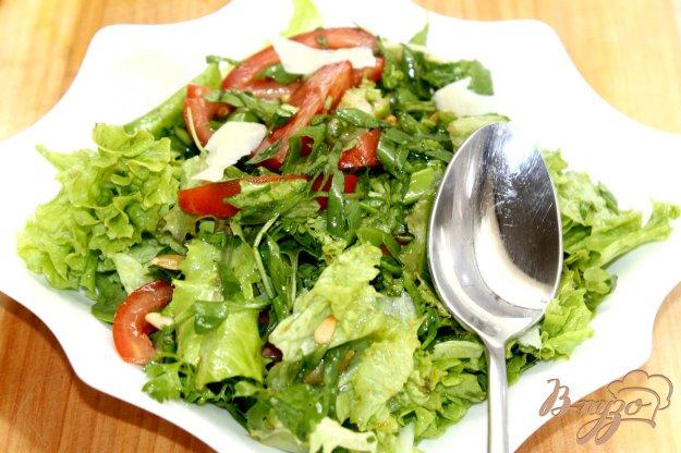 фото рецепта: Зеленый салат с помидорами и кедровыми орешками