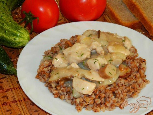 фото рецепта: Гречка с подливой из курицы и грибов