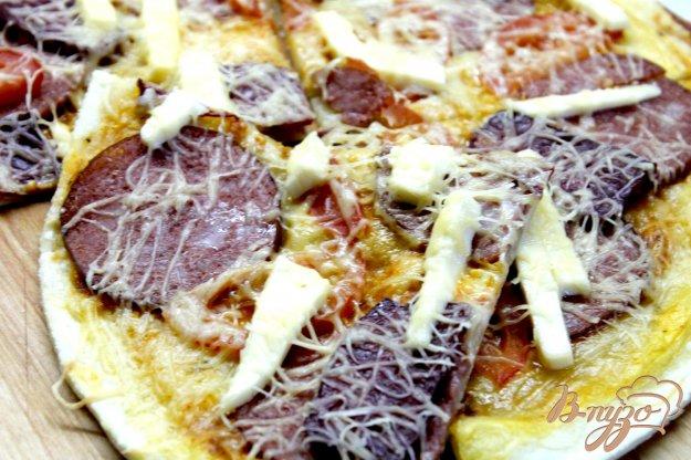 фото рецепта: Пицца с копченой колбасой и плавленным сыром