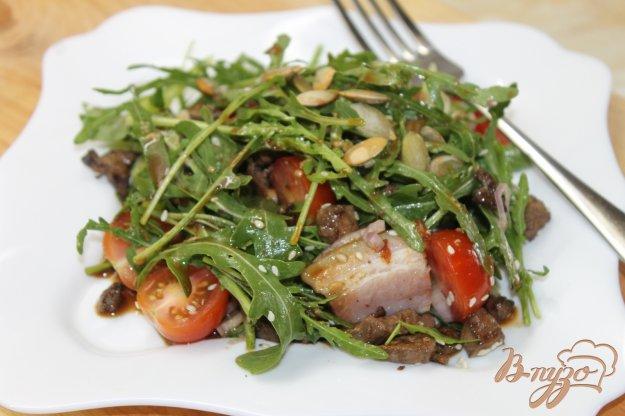 фото рецепта: Теплый мясной салат с рукколой и черри