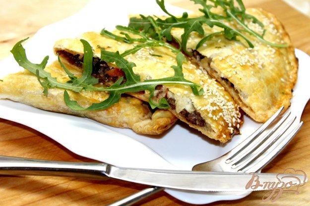 фото рецепта: Закрытая пицца с мясным фаршем и помидорами