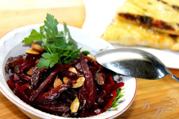 фото рецепта: Свекольный салат со сливами и тыквенными семечками