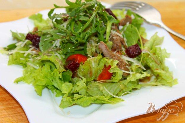 фото рецепта: Теплый салат с уткой и карамелизированной свеклой