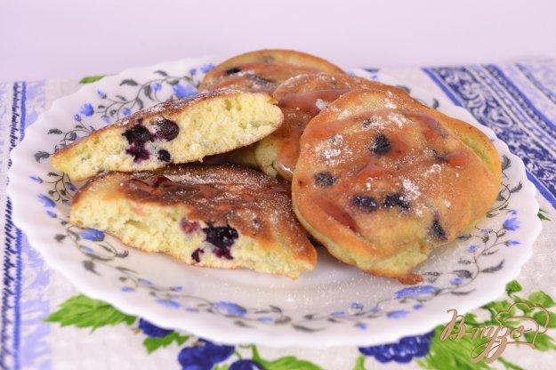фото рецепта: Бисквитные оладьи с черникой