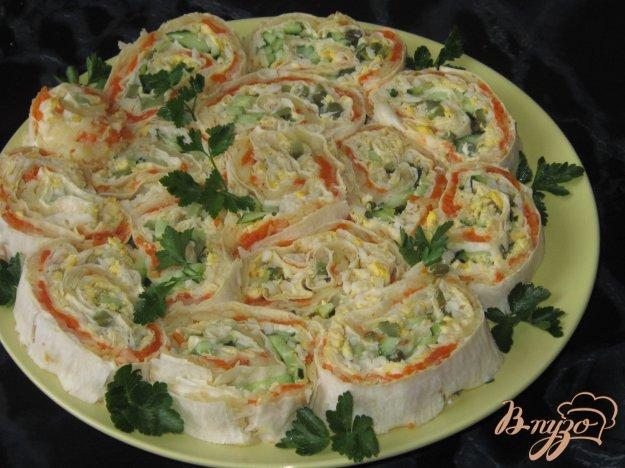 фото рецепта: Рулет закусочный из лаваша с корнишонами, морковью и яйцами