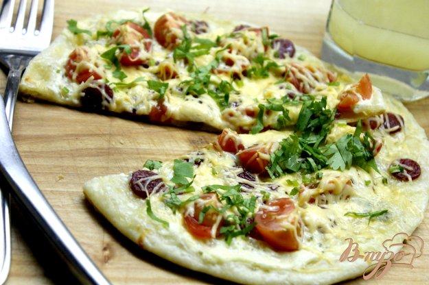 фото рецепта: Быстрая пицца с колбасками и сырами с плесенью
