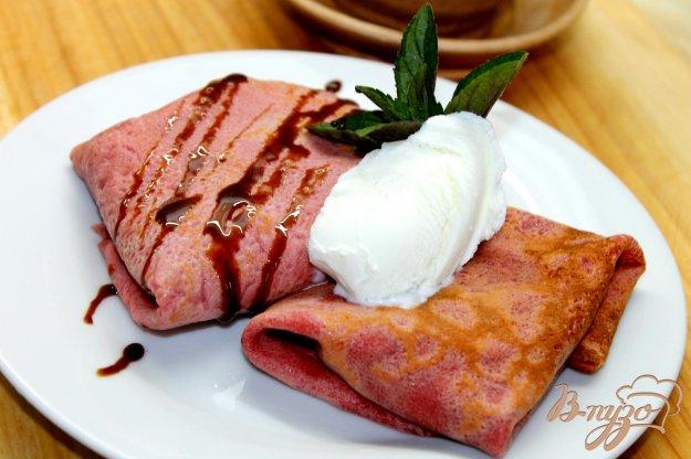 фото рецепта: Свекольные блины с клубникой и шоколадным соусом