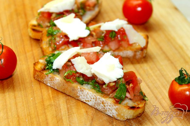 фото рецепта: Гренки из чиабатты с помидорами, имбирем и кинзой