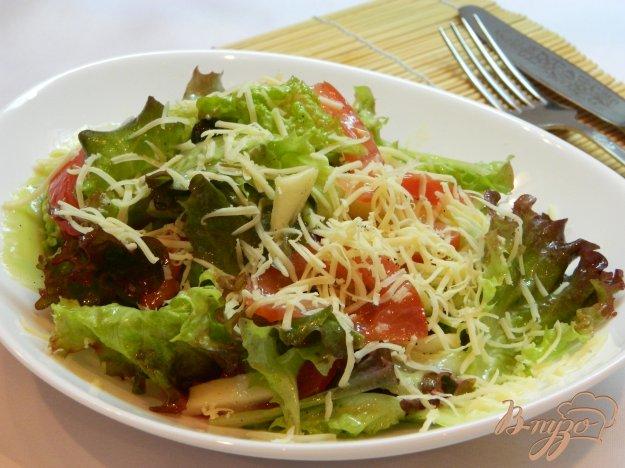фото рецепта: Салат из листьев салата с яблоком, помидором и огурцом