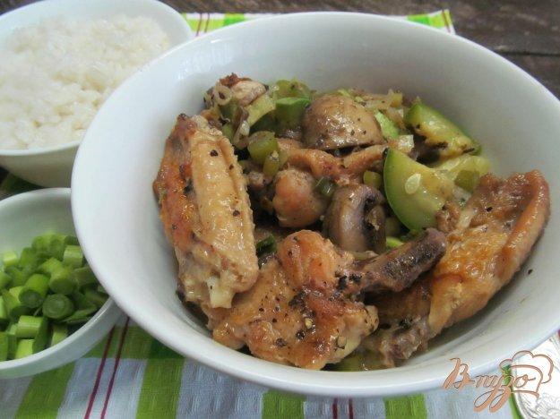 фото рецепта: Куриные крылья с кабачком и шампиньоном