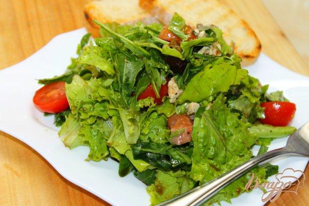 фото рецепта: Свежий салат с соленой семгой и карамелизированной свеклой