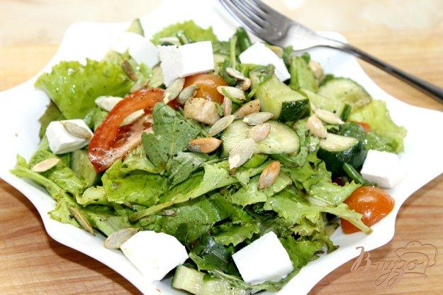 фото рецепта: Витаминный салат с фетой и тыквенными семечками