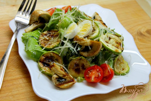 фото рецепта: Теплый салат с грибами, кабачками и листьям салата